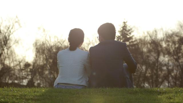一對夫妻坐在草坪上
